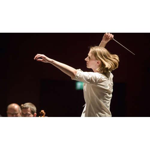 Joana Mallwitz dirigiert das SWR Symphonieorchester
